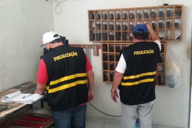 Detran fiscaliza fabricantes de placas automotivas de quatro municípios