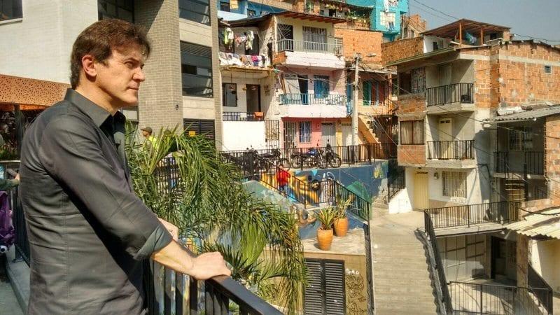 Governador visita comunidades de Medellín que reduziram a violência com projetos sociais