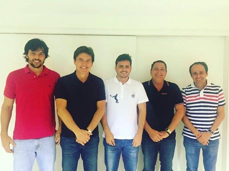 Em foto postada nas redes sociais, Carlos Augusto Maia sinaliza que oposição fechou com seu nome