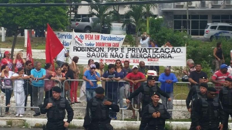 Em frente à Assembleia, servidores fazem protesto contra PPP