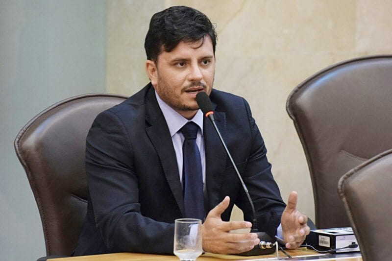 Deputado Carlos Augusto requer benefícios para Senador Elói de Souza