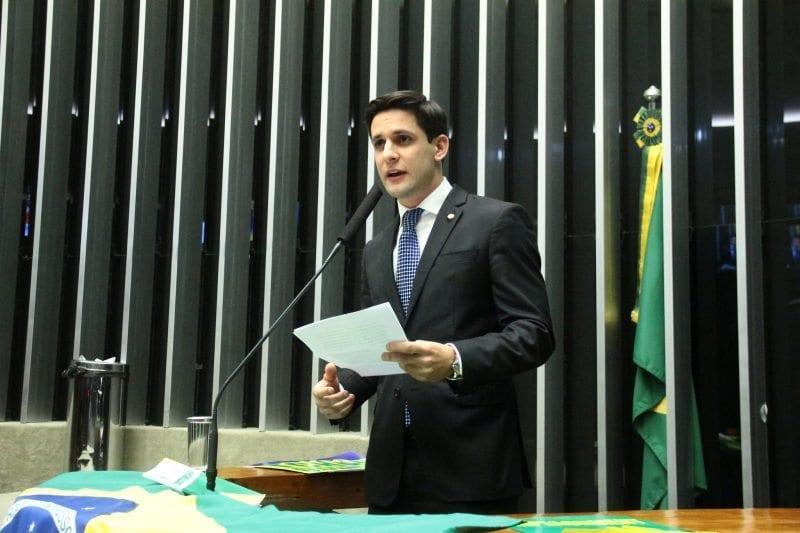 Rafael Motta faz discurso durante a madrugada e destaca crise econômica do Brasil