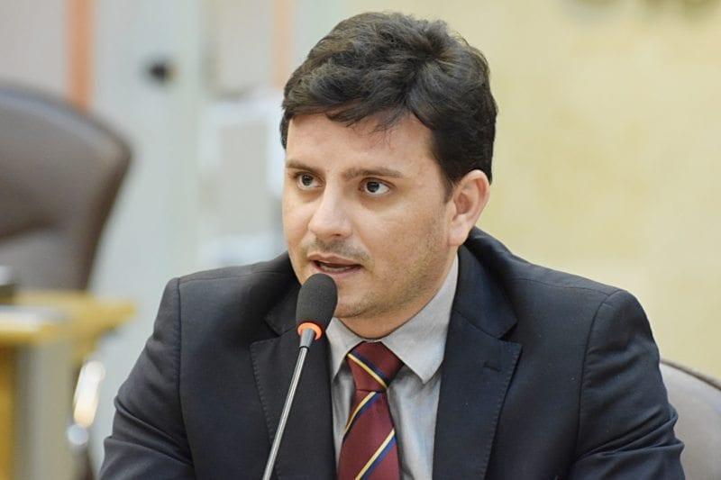 Deputado Carlos Augusto Maia solicita ao Governo do Estado ações da Caern e DER