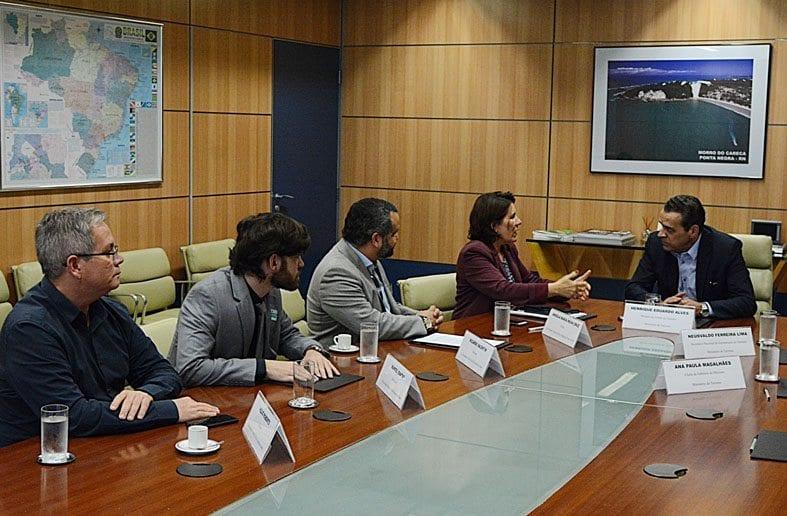Ministro do Turismo recebe proposta de parceria da UFRN para projeto de Avião Regional