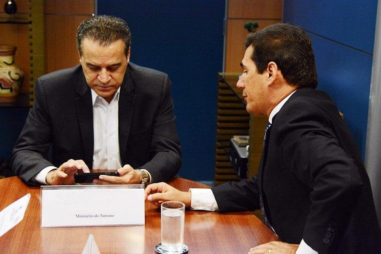 Ministro Henrique Eduardo Alves apoia obras em Genipabu e Pitangui
