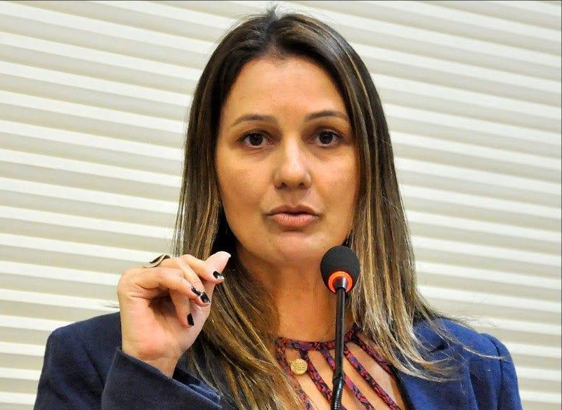 Deputada Cristiane Dantas solicita construção de casas populares em Montanhas