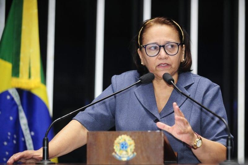 """Em pronunciamento, Fátima Bezerra diz que impeachment é uma """"farsa"""""""