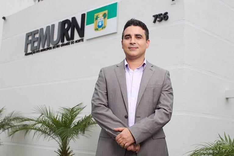 Juiz eleitoral concede liminar ao MPE e suspende a propaganda eleitoral de Silveira