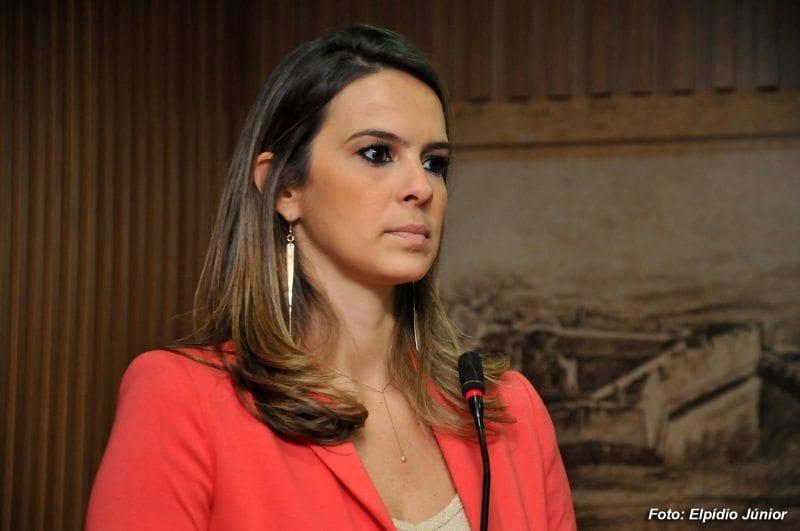 Vereadora Júlia propõe prioridade de vaga em escolas para filhos de mulheres violentadas