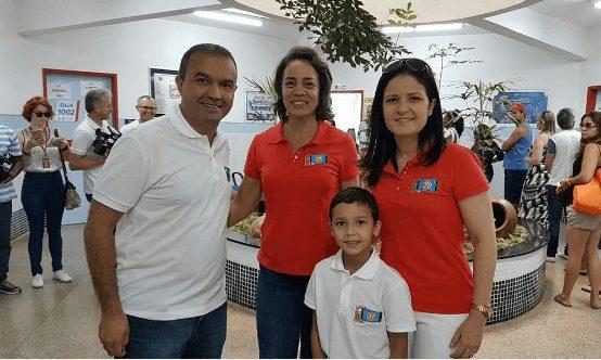 Candidato Kelps Lima vota acompanhado da família e da candidata a vice
