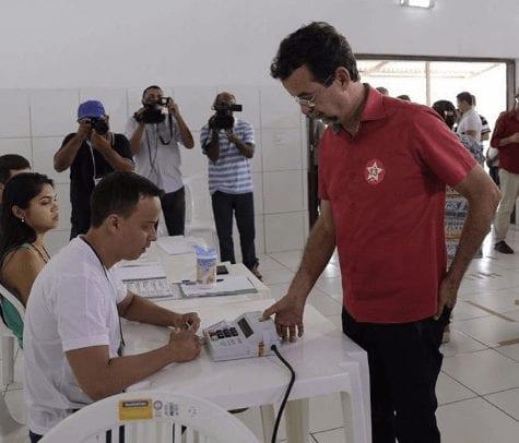 """Candidato pelo PT, Fernando Mineiro vota e afiram que está com """"boa expectativa"""""""
