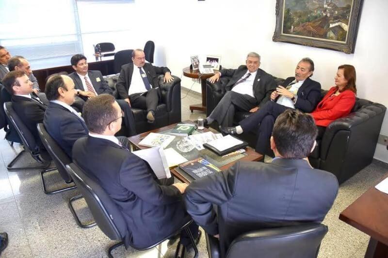 José Adécio lidera comitiva de prefeitos em Brasília e já articula o pleito de 2018