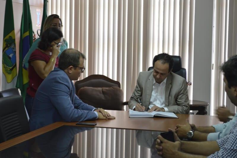 Governador em exercício dá posse ao novo secretário de Recursos Hídricos
