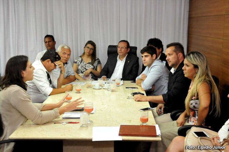 Vereadores exigem informações sobre viagem do prefeito Carlos Eduardo