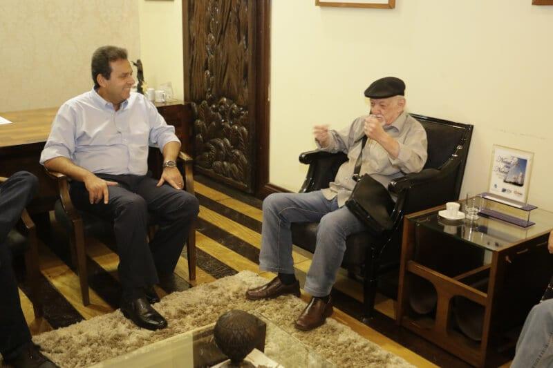 Cartunista Jaguar é recebido pelo prefeito Carlos Eduardo