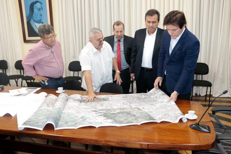Governador apresenta obra da avenida Roberto Freire ao prefeito Carlos Eduardo