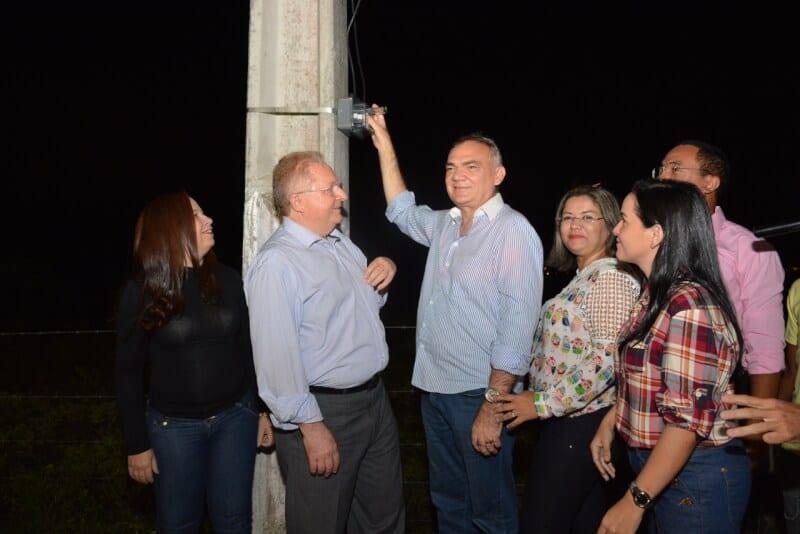 Prefeito Paulinho inaugura novo projeto de iluminação pública