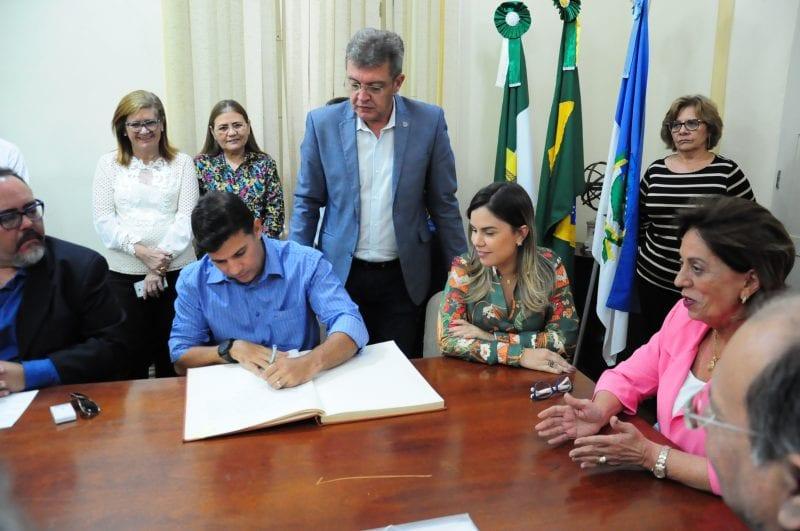 Prefeita Rosalba Ciarlini transmite chefia do poder Executivo Municipal para a vice-prefeita Nayara Gadelha