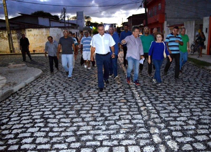 Prefeito entrega 22 ruas drenadas e pavimentadas no Parque dos Coqueiros