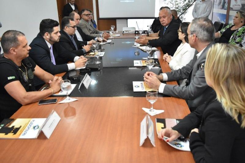 Governo e universidades assinam acordo para ampliar   assistência jurídica no sistema prisional