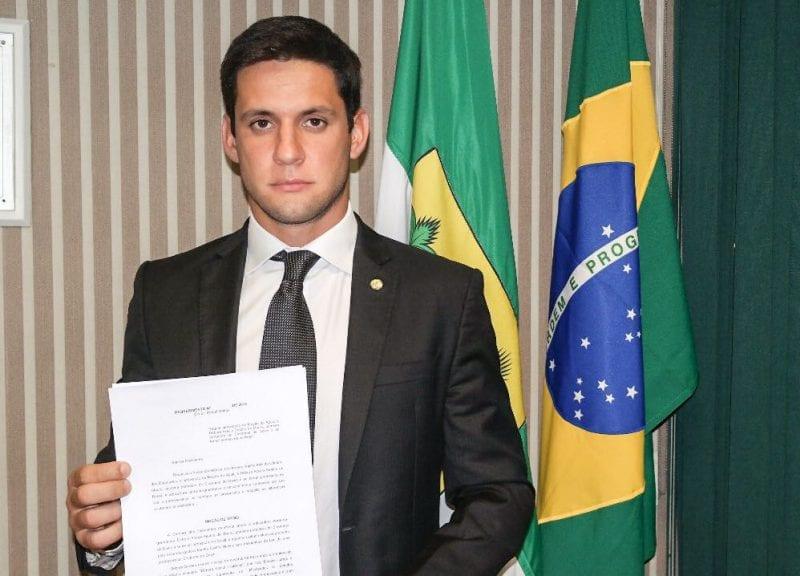 Deputado Rafael Motta protocola moção de apoio à professora Débora Seabra após ataques de desembargadora do RJ