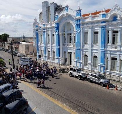Prefeito Carlos Eduardo enfrenta protesto de professores e alunos