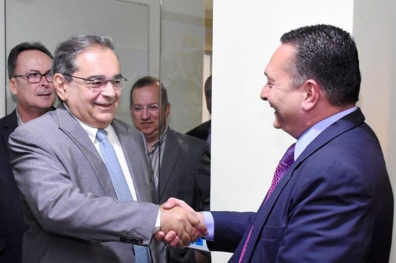 Prefeito Álvaro Dias visita Ezequiel Ferreira e tem conversa reservada