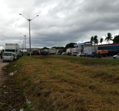 Trânsito completamente bloqueado na BR 101, próximo a Parnamirim, veja imagens