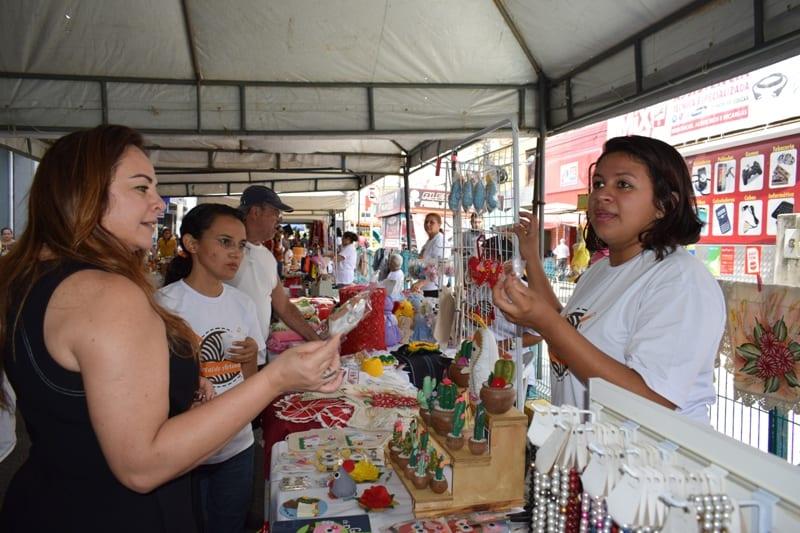Karla Veruska se reúne com artesãos do projeto Arte na Rua