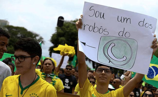 Em Brasília, eleitores de Bolsonaro ironizam suspeita de irregularidade em eleição