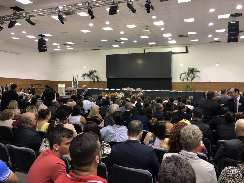 Público já lota auditório para posse da governadora
