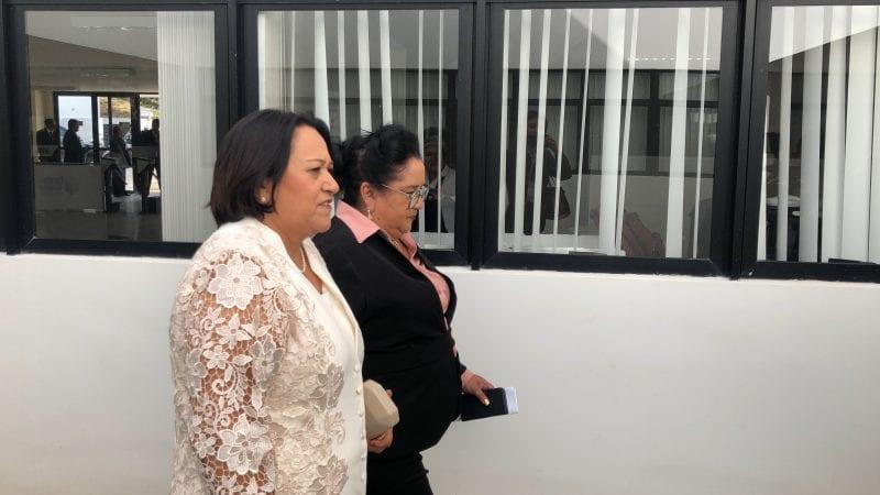 De branco, Fátima Bezerra chega para posse