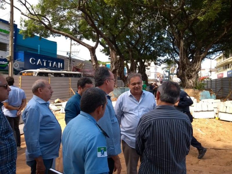 Prefeito Álvaro Dias visita obra de recuperação da Praça Gentil Ferreira