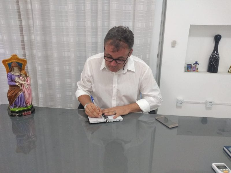 Prefeito de Caicó, depois do afastamento, vai à Câmara para leitura anual
