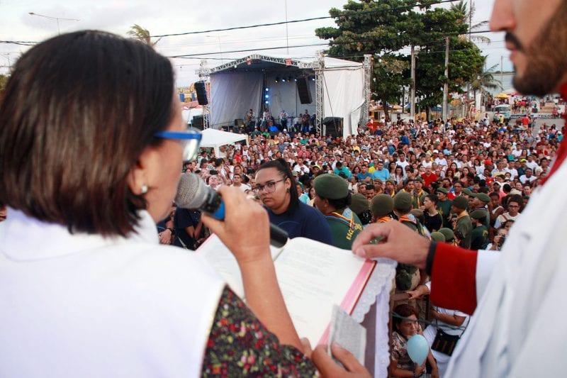 Governadora Fátima participa da procissão de Nossa Senhora dos Navegantes na praia da Redinha