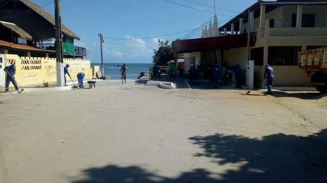 Praia de Pitangui passa por serviços de limpeza