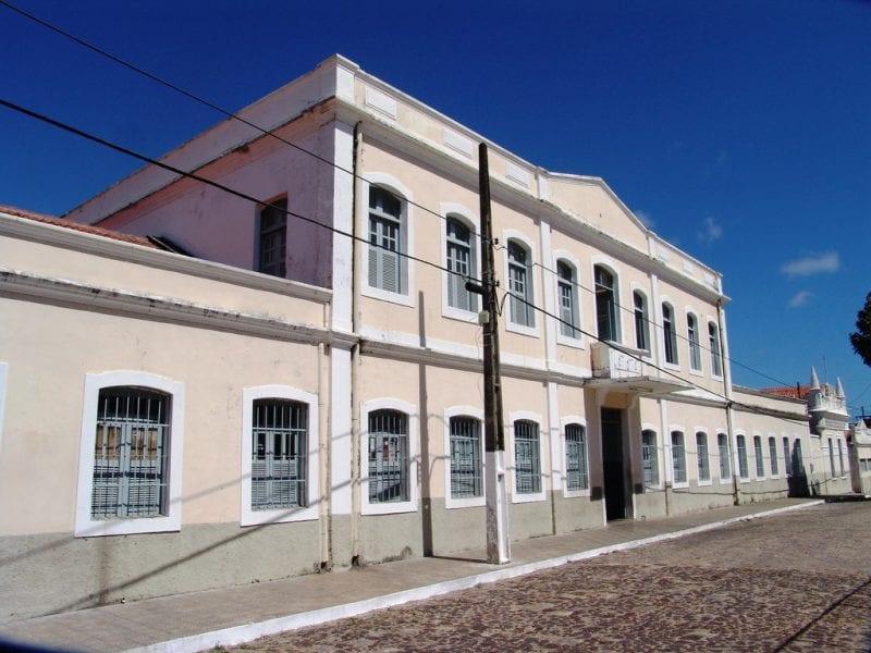Governadora institui novo uso à Casa do Estudante e homenageia Emmanuel Bezerra