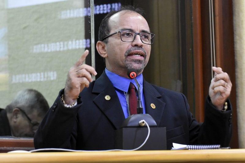Deputado Sandro pede ação para a Casa do Estudante e promove debate sobre animais