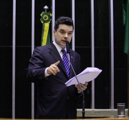 Deputado Walter Alves apresenta projeto de lei que beneficia usuários de telefonia