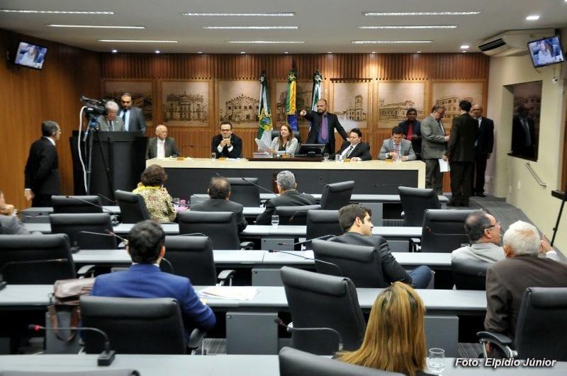 Vereadores aprovam projetos na última sessão do semestre