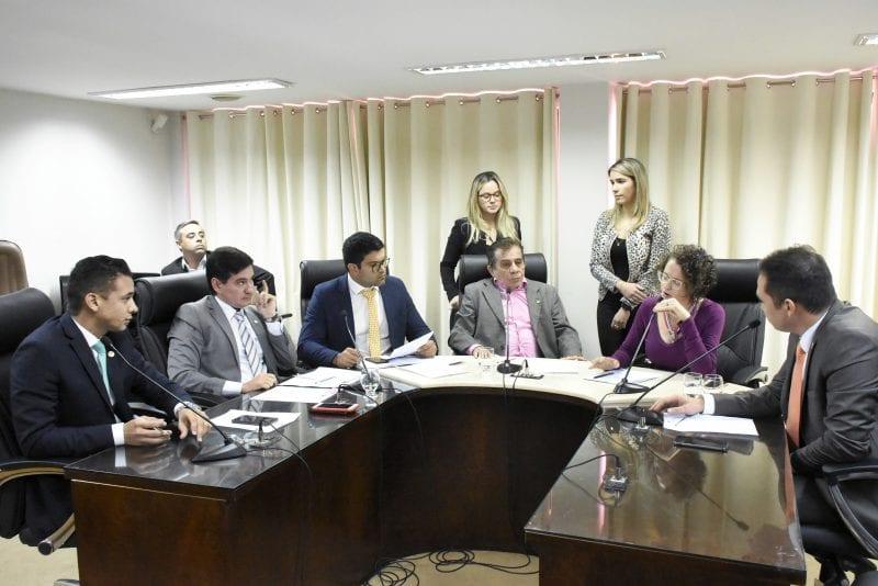 Comissão de Constituição faz reunião extra e aprova duas matérias do Executivo