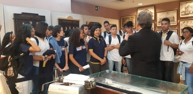 Estudantes visitam exposição sobre história da Constituição Estadual