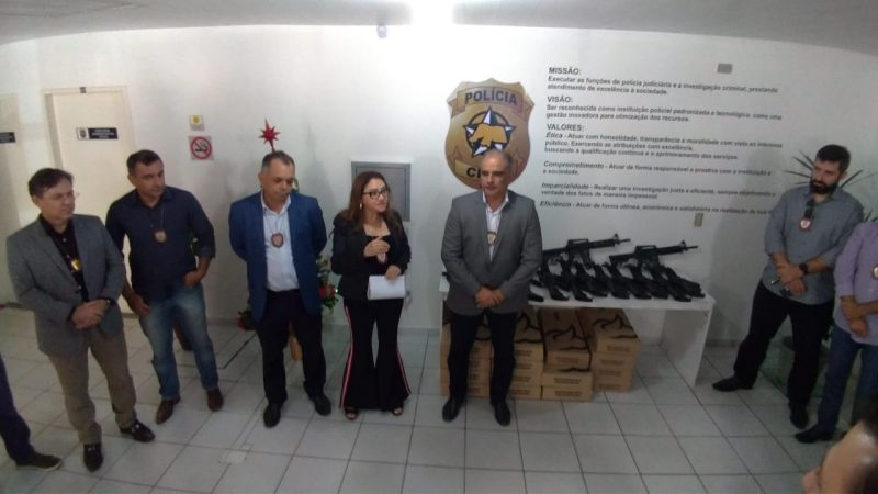 Polícia Civil entrega vinte fuzis e vinte submetralhadoras às unidades policiais