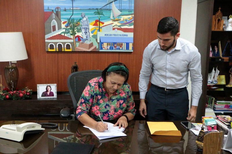 Governadora sanciona projeto e confirma pagamento de salários