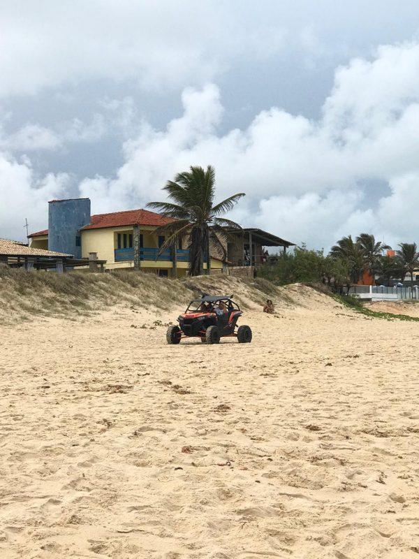 Veículos circulam pela beira-mar e desafiam fiscalização