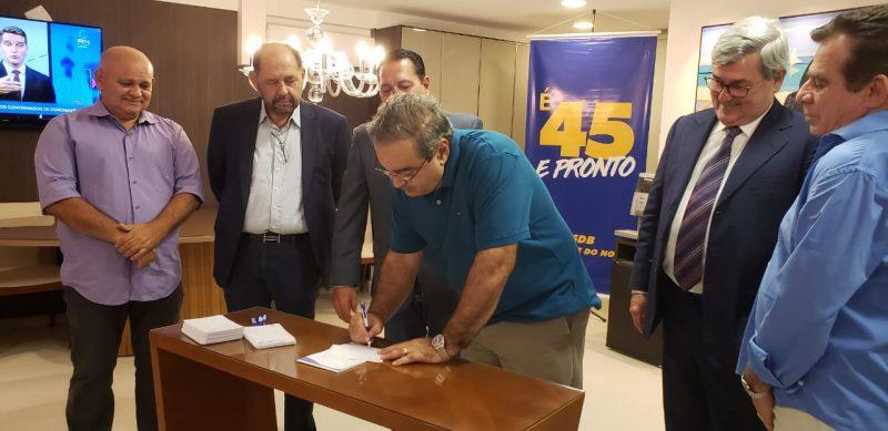 Prefeito Álvaro Dias assina ficha no PSDB